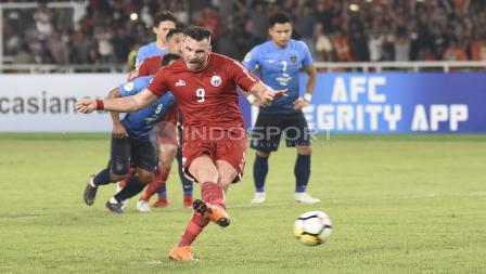 Marko Simic melakukan tendangan penalti ke gawang JDT yang menghasilkan gol ke 4 untuk Persija.