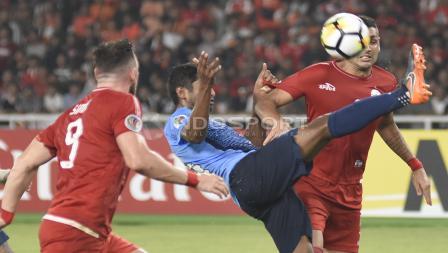 Pemain JDT menghalau bola yang mengarah ke Jaimerson Da Silva (kanan).