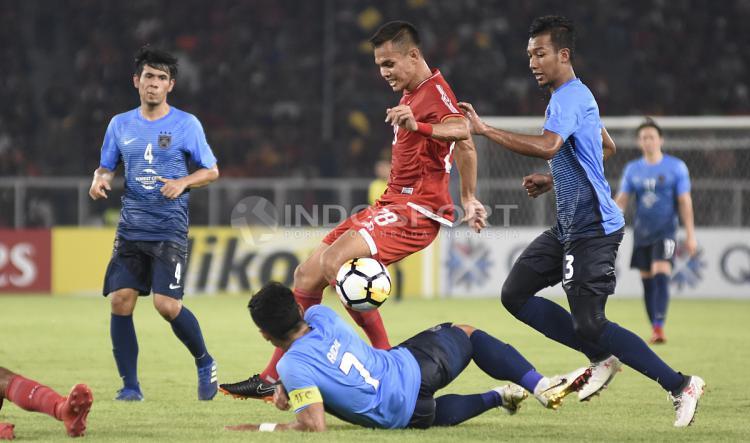 Rezaldi Hehanusa harus mendapat kawalan beberapa pemain JDT. Copyright: Herry Ibrahim/INDOSPORT