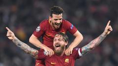 Indosport - Selebrasi Danille De Rossi (bawah) dan Alessandro Florenzi, dua pemain AS Roma.