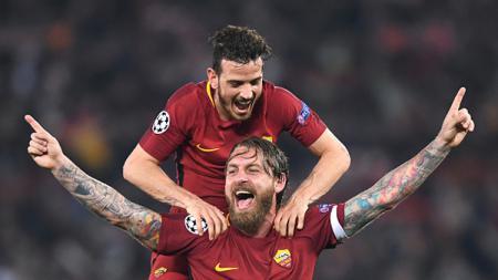 Selebrasi Danille De Rossi (bawah) dan Alessandro Florenzi, dua pemain AS Roma. - INDOSPORT