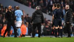 Indosport - Aksi protes Pelatih Man City, Pep Guardiola terhadap wasit.