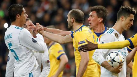Pemain Juventus melancarkan protes terhadap penalti yang diberikan wasit di menit akhir pertandingan Real Madrid vs Juventus. - INDOSPORT
