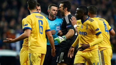 Pemain Juventus tengah beragumen dengan wasit Michael Oliver.