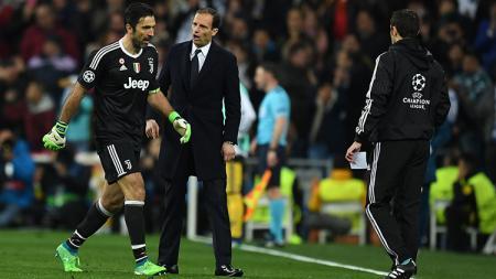 Gianluigi Buffon keluar lapangan setelah diganjar kartu merah. - INDOSPORT