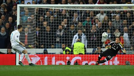 Cristiano Ronaldo berhasil membobol gawang Wojciech Szczesny dari kotak penalti.