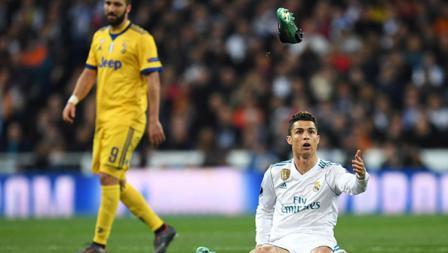 Sepatu Cristiano Ronaldo lepas dari kakinya.