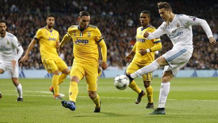 Beberapa pemain Juventus tengah menghalau tendangan dari Cristiano Ronaldo.