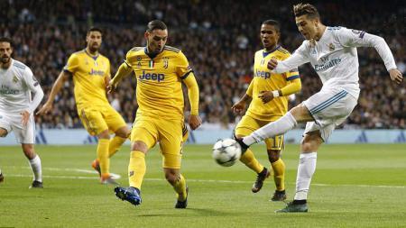 Beberapa pemain Juventus tengah menghalau tendangan dari Cristiano Ronaldo. - INDOSPORT