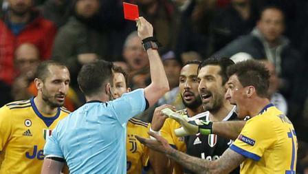 Wasit saat memberikan kartu merah kepada Gianluigi Buffon.
