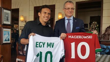 Wakil Menteri Luar Negeri (Wamenlu) Polandia, Marek Magierowski  dan Egy Maulana Vikri. - INDOSPORT