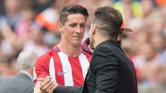 Indosport - Striker dan pelatih Atletico Madrid, Fernando Torres (kiri) dan Diego Simeone.