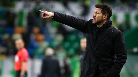 Diego Simeone memberikan instruksi untuk anak asuhnya. - INDOSPORT