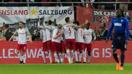 Raksasa Liga Inggris, Liverpool, dikabarkan tengah adakan pertemuan dengan Red Bull Salzburg terkait usaha mereka memboyong bintang Asia, Takumi Minamino. - INDOSPORT