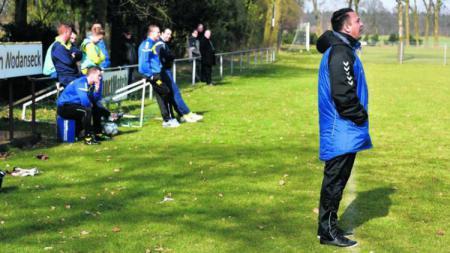Jhon van Beukering saat tengah memberikan instruksi di pinggir lapangan. - INDOSPORT