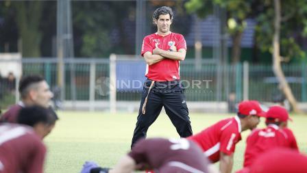 Pelatih Persija, Stefano Cugurra Teco, mengawasi timnya berlatih.