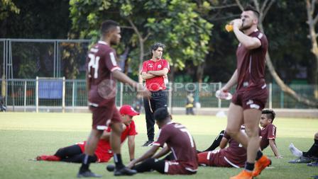 Teco memberikan instruksi bagi para pemain Persija.