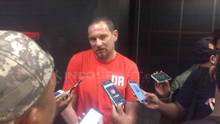 Pelatih Borneo FC, Dejan Antonic saat diwawancara awak media. - INDOSPORT