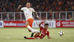 Indosport - Julien Faubert saat ditekel Fitra Ridwan.