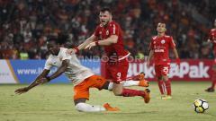 Indosport - Marko Simic saat dilanggar pemain Borneo.