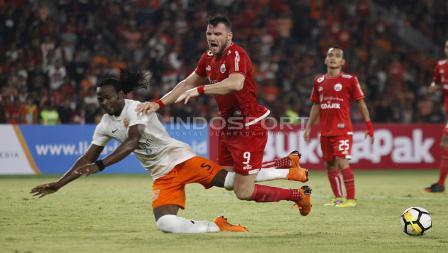 Marko Simic saat dilanggar pemain Borneo.
