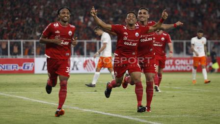 Para pemain Persija saat merayakan gol ke gawang Borneo.