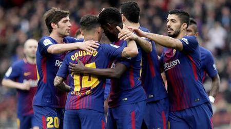 Para pemain Barcelona marayakan gol Samuel Umtiti ke gawang Valencia. - INDOSPORT