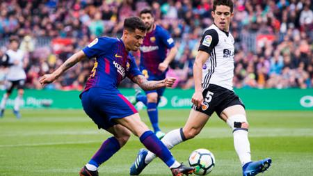 Philipe Coutinho beraksi membela Barcelona saat melawan Valencia. - INDOSPORT