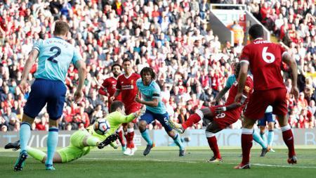 Sadio Mane mencetak gol dengan memanfaatkan bola muntah dari kiper Bournemouth, Begovic. - INDOSPORT