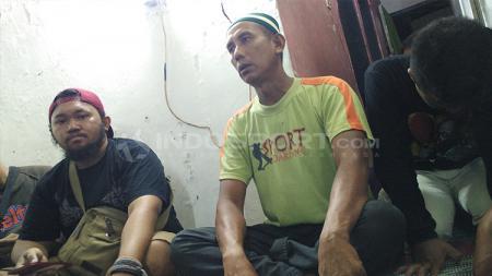 Paman Micko Pratama sedang berbincang mengenai kasus yang menimpa keponakannya. - INDOSPORT