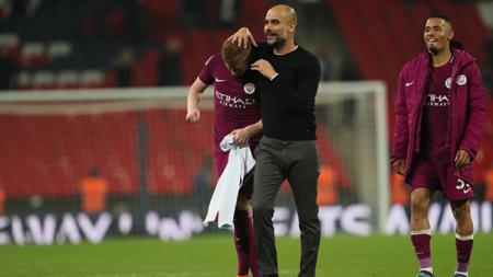 Pep Guardiola merangkul Kevin de Bruyne usai anak asuhnya mengalahkan Tottenham 3-1. - INDOSPORT