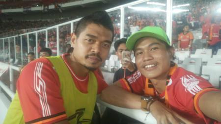 Bambang Pamungkas (kiri) dan The Jakmania penyandang disabilitas Ivo Syahdan (kanan). - INDOSPORT