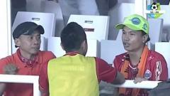 Indosport - Bambang Pamungkas (kiri) dan The Jakmania penyandang disabilitas Ivo Syahdan (kanan).