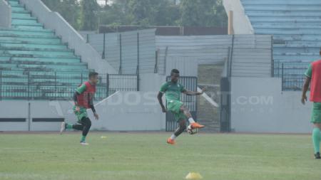 Wilfried Yessoh sedang mengontrol bola dalam latihan PSMS Medan. - INDOSPORT