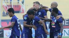 Indosport - Selebrasi Bruno Silva (PSIS Semarang) saat merayakan gol ke gawang PSMS Medan.