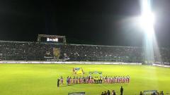 Indosport - Suasana sebelum kick off Arema FC vs Persib.