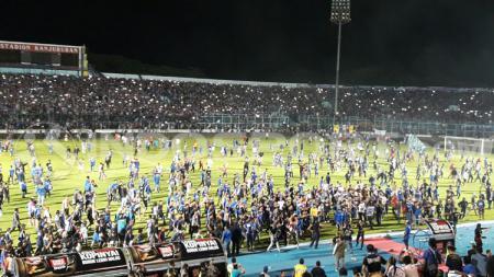 kerusuhan yang melibatkan oknum Aremania di akhir pertandingan Arema FC vs Persib. - INDOSPORT