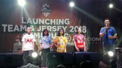 Indosport - Sonny Agus Santoso ketika menjabarkan jersey Persigo Semeru FC, merah (home), putih (away), biru dan kuning (kiper)
