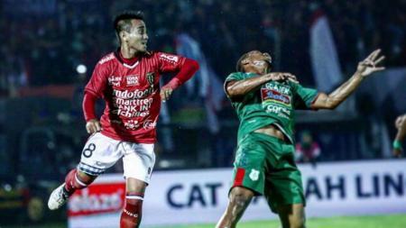 Gelandang Bali United, Muhammad Taufiq, dalam pertandingan Liga 1. - INDOSPORT