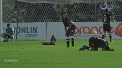 Indosport - Para pemain PSM Makassar tertunduk lesu saat kebobolan oleh Barito Putera di menit-menit akhir.