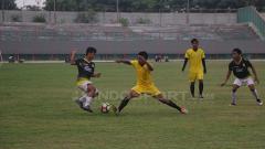 Indosport - Situasi pertandingan Gresik United pada pertandingan uji coba melawan Persegres Gresik Putra.