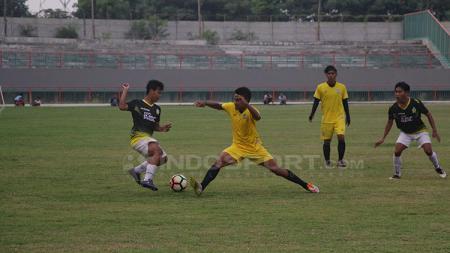 Situasi pertandingan Gresik United pada pertandingan uji coba melawan Persegres Gresik Putra. - INDOSPORT