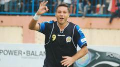 Indosport - Masih ingat dengan Roman Chmelo? Pemain asal Slovakia ini bisa dibilang sebagai pesepakbola tersukses dari Eropa saat berkarier di Tanah Air bersama Arema Indonesia.
