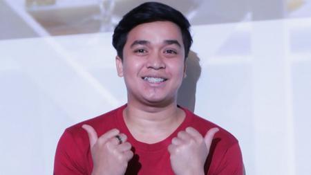 Billy Syahputra, salah satu selebriti Indonesia yang ternyata piawai bermain sepak bola. - INDOSPORT
