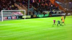 Indosport - Pemain Oldham Athletic AFC menhentikan penyusup lapangan yang hendak menyerang wasit.