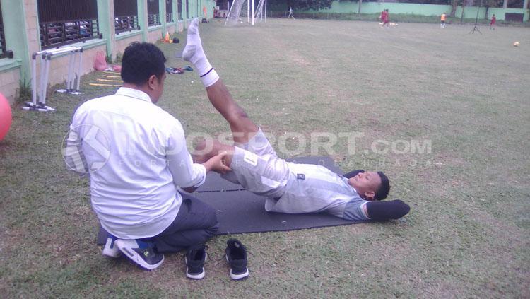 Abdul Rohim didampingi tim dokter PSMS dalam proses penyembuhan cedera ligamennya. Copyright: Kesuma Ramadhan