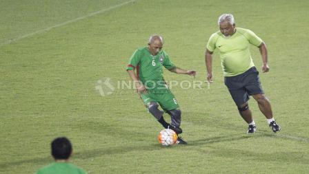 Pelatih Timnas Wanita Indonesia, Satya Bagja (kanan) juga ikut serta dalam pertandingan ini.