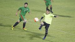 Indosport - Aksi mantan pemain Persija yang kini aktif di dunia futsal, Vernard Hutabarat (kanan) dalam pertandingan.