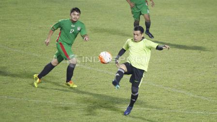 Aksi mantan pemain Persija yang kini aktif di dunia futsal, Vernard Hutabarat (kanan) dalam pertandingan.