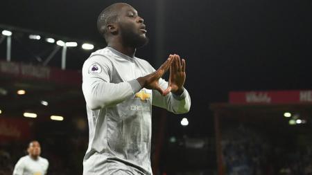 Tak nampak saat laga pramusim Manchester United karena cedera, Romelu Lukaku sempatkan diri pulang ke Belgia. - INDOSPORT
